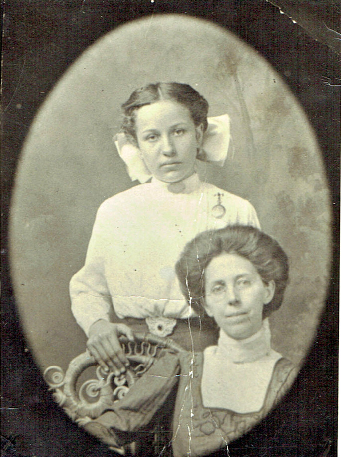 Are you finding all the genealogy clues hidden in your old family photos? Use those vintage photos of your ancestors to learn more about your ancestors. #genealogy #theimagealliance #vividpix